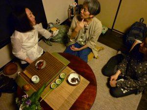 中国茶を入れてくださった田村直美さん(左)